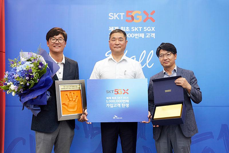 """SK텔레콤, 5GX 100만 번째 고객은 """"노트10 택한 20년 장기 고객"""""""