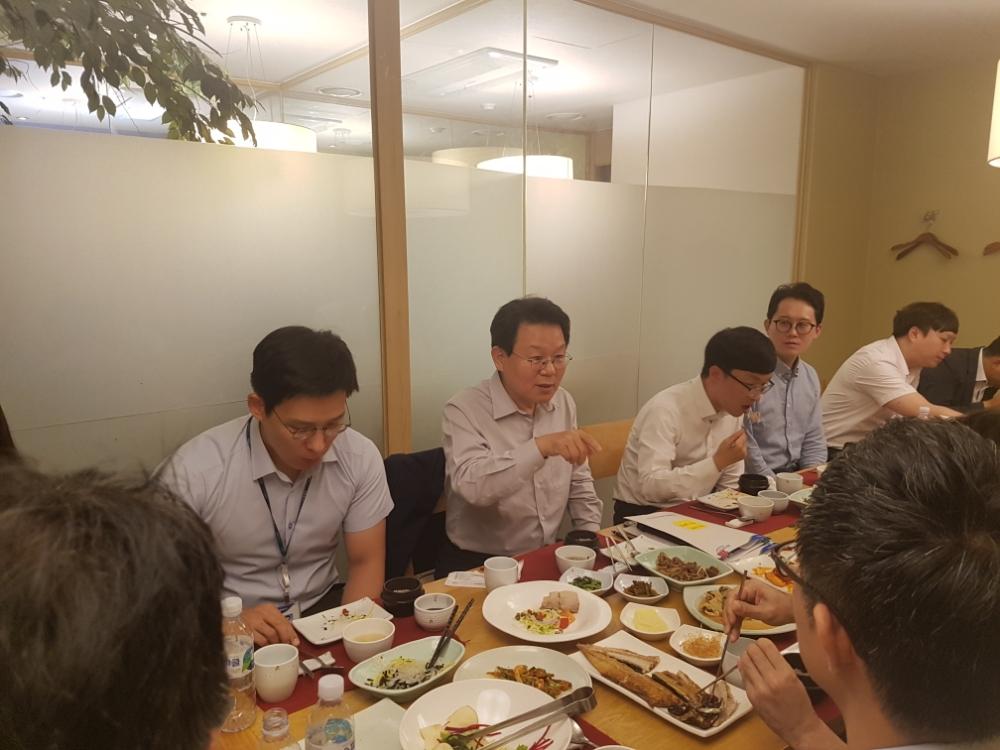 "NH농협금융 김광수 회장, 청년이사에 ""아이디어들이 실행되도록 적극 지원"" 약속"